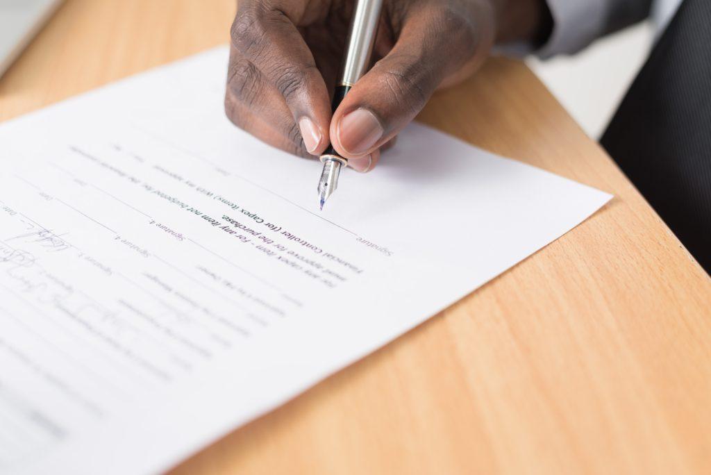 medkontrahent underskriver kontrakten