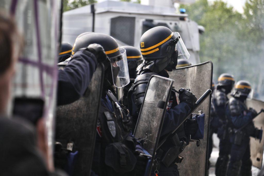 politiet handler i nødværge