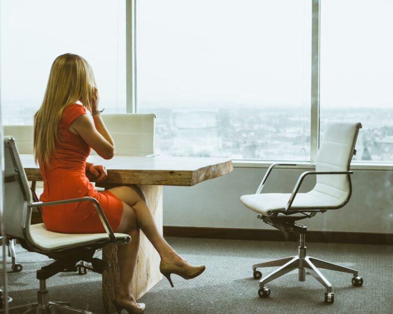 Kvinde leder efter retssædvaner