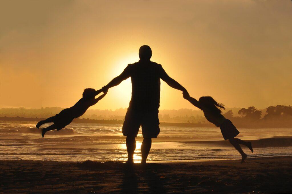 En far på ferie med børnene efter at have fået en samtykkeeklæring