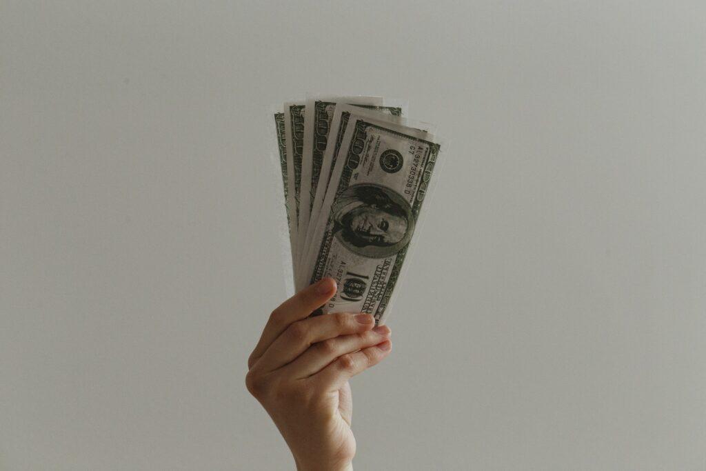 Person udlåner penge efter at have lavet et gældsbrev